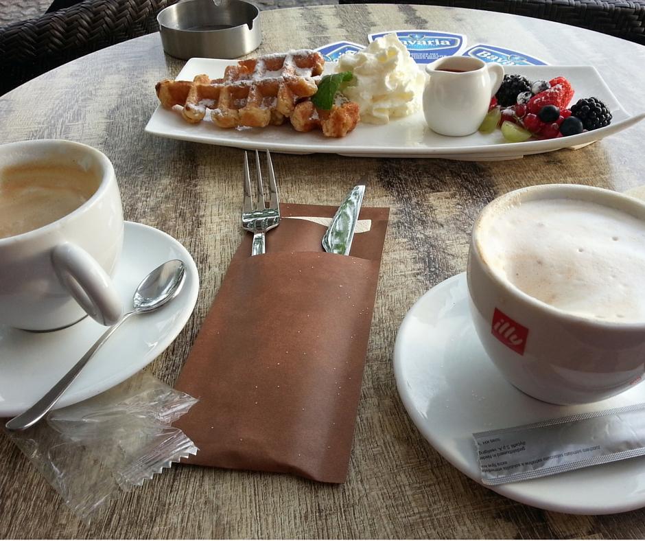 אסנת חן - כוסות קפה עם מאפה