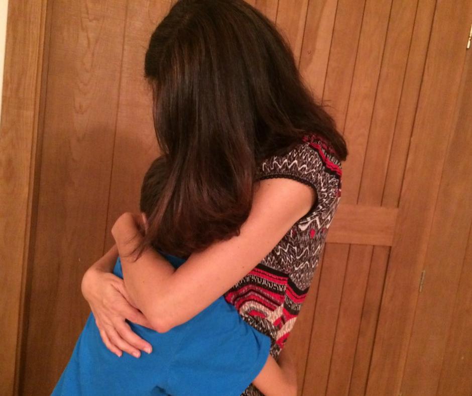 אמא מחבקת ילד - אסנת חן