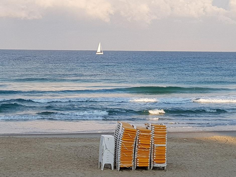 אסנת חן - סירה שטה בחוף הים