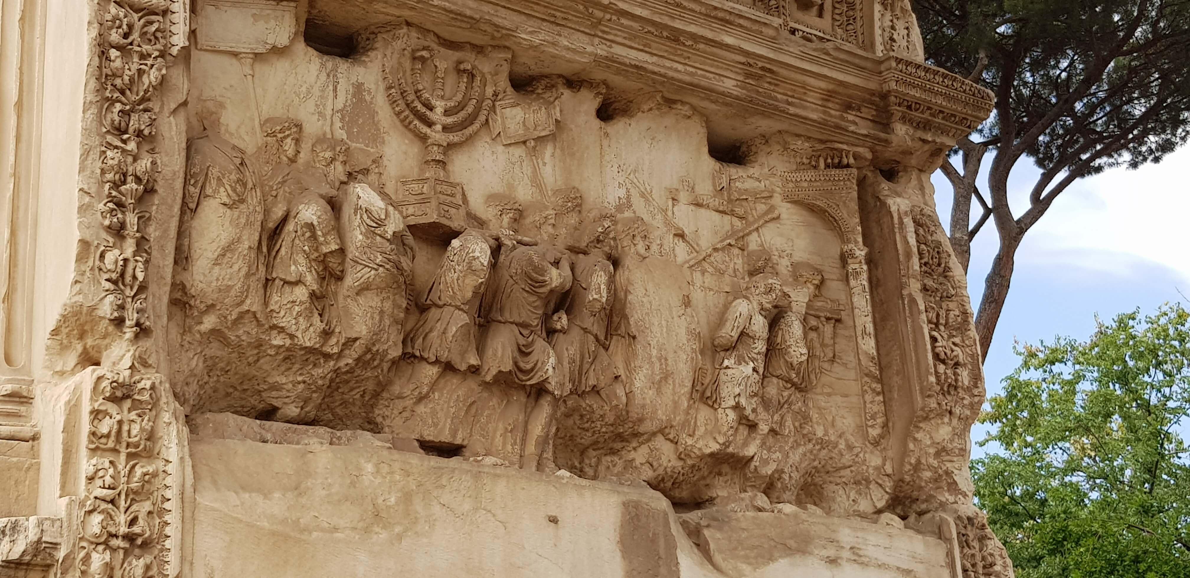 אסנת חן - מנורת הקנים בשער טיטוס